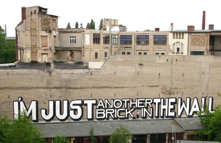 Grafiteiro brinca com palavras em muros de 15 pa 237 ses fotos uol