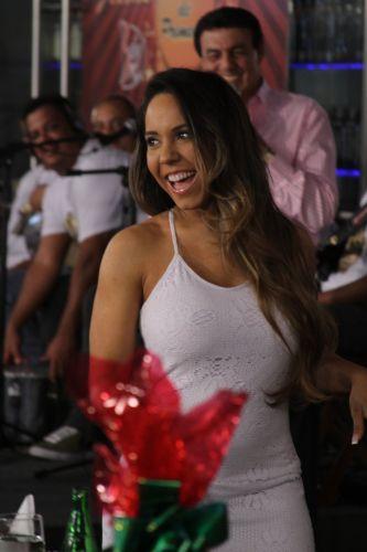 Renata Frisson, mais conhecida como Mulher Melão, usa um vestido branco e justo na gravação do especial de Natal e Ano Novo do programa