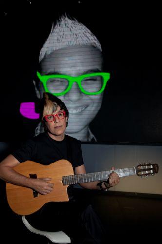 Tom Cavalcante imita a cantora Maria Gadú no espetáculo