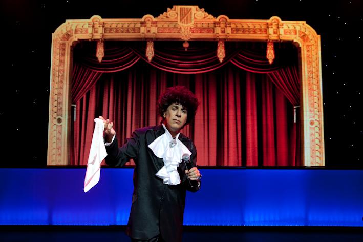 Tom Cavalcante imita Cauby Peixoto no espetáculo