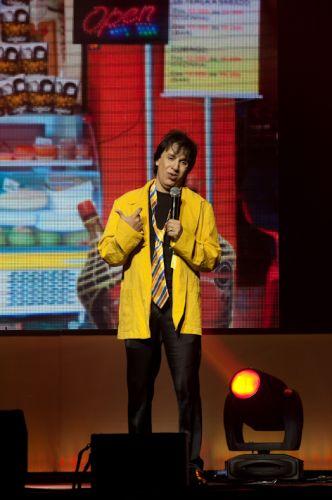 Além de imitar grandes nomes da música, Tom Cavalcante interpreta o bêbado João Canabrava no espetáculo