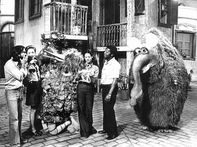 Os atores (da esq. para à dir.) Armando Bogus, Aracy Balabanian, Sônia Braga e Milton Gonçalves, com os bonecos Garibaldo e Funga-Funga durante o programa infantil