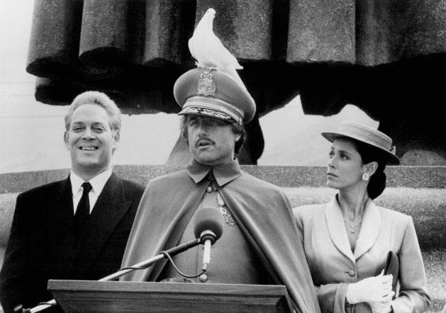 Sonia Braga com Richard Dreyfuss (ao centro) e Raul Julia (à esq) em cena de