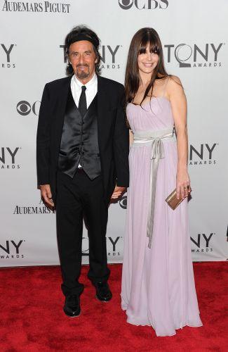 Al Pacino posa com Lucila Solana na entrada do Beacon Theatre, em Nova York, onde acontece o Tony Awards, o