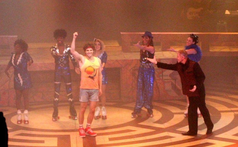 Thiago Fragoso agradece o público no final da apresentação do espetáculo