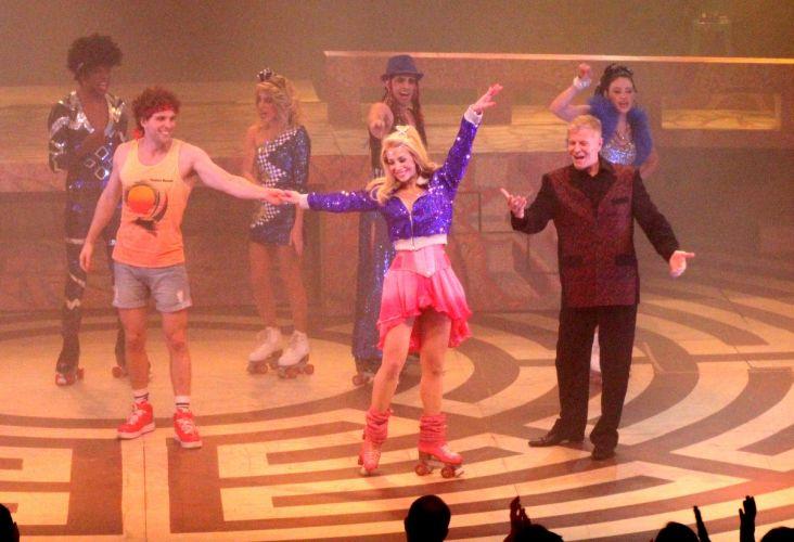 Danielle Winits é apresentada ao público pelo colega de elenco Thiago Fragoso no final da peça musical