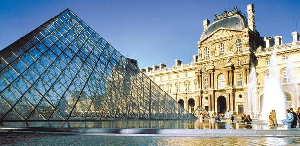 Fachada do Museu do Louvre, em Paris (França), que era a antiga residência de reis franceses