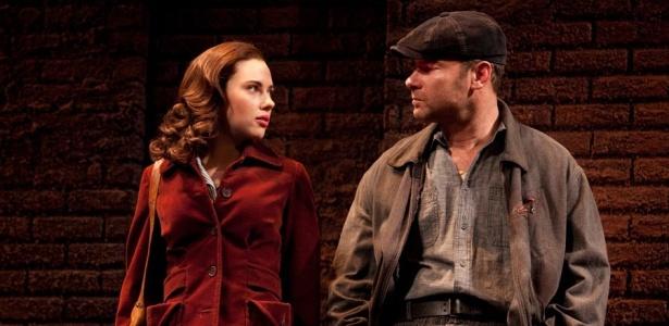 Atriz Scarlett Johansson divide cena da peça