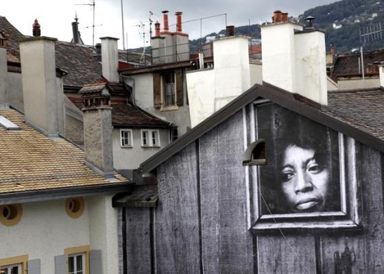 Intervenção do artista francês J.R. em casa da cidade suíça de Vevey
