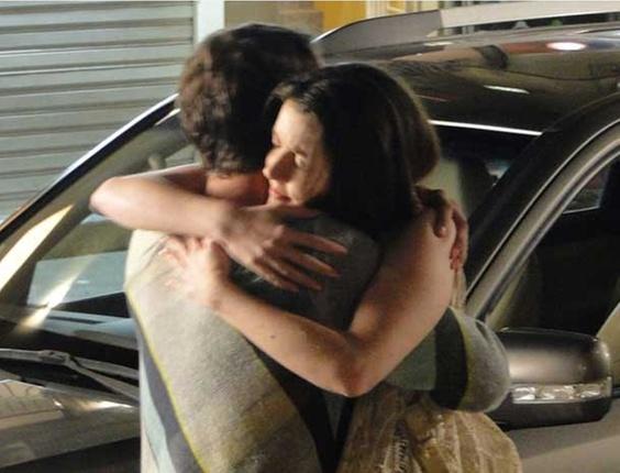Felícia (Larissa Maciel) abraça Gerson (Marcelo Antony) em cena que vai ao ar terça-feira (16/11) em