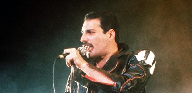 O cantor Freddie Mercury durante show do grupo Queen, em Sydney, Austrália, em 1985