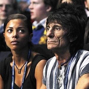 O guitarrista dos Rolling Stones, Ronnie Wood (à direita), com a namorada brasileira Ana Araújo (à esquerda)