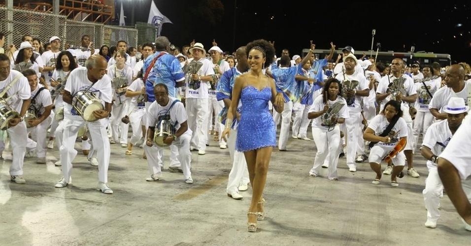 Rainha da Portela, Sheron Menezes participa de ensaio da escola de samba na Sapucaí (30/1/2011)