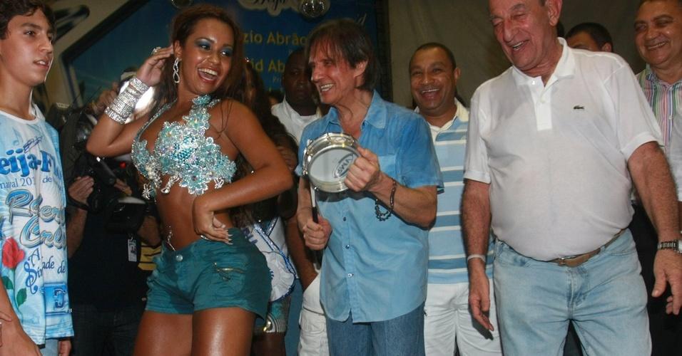 Roberto Carlos toca tamborim ao lado da rainha de bateria da Beija-Flor Raíssa e do presidente de honra da escola, Aniz Abraão David, na quadra da escola de Nilópolis (3/2/2011)