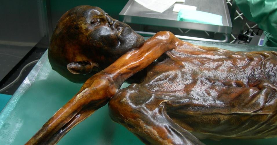 Nova reconstituição do homem de gelo Ötzi em exposição na Itália