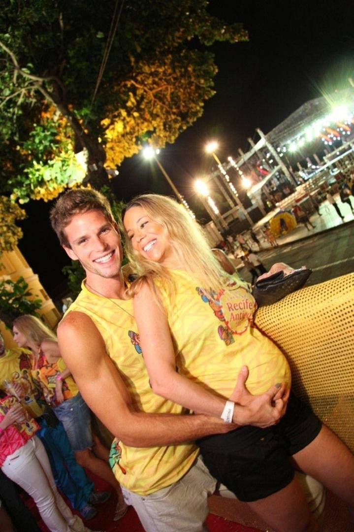 Jonatas Faro e Danielle Winits na festa de abertura do Camarote Skol Carnaval, em Recife (1/3/11)