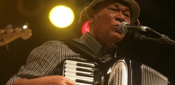 O cantor Dominguinhos, que completou 70 anos recentemente toca sanfona no palco da Barão de Limeira (16/4/2011)