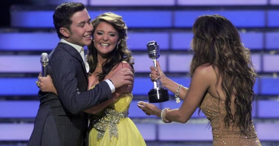 Finalistas Lauren Alaina e Scotty McCreery recebem prêmio de Jennifer Lopez no