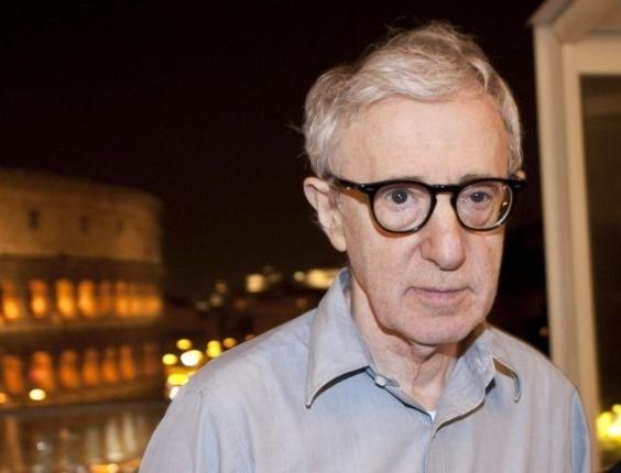 Woody Allen posa em frente ao Coliseu na Itália, onde produz seu novo filme (2/7/2011)