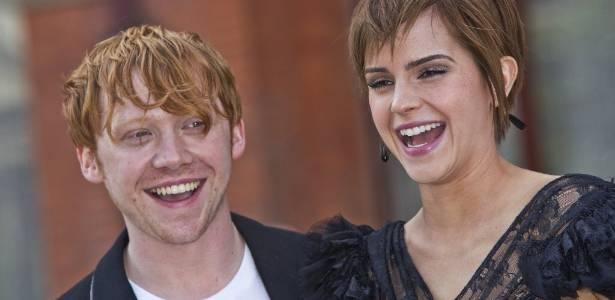 Rupert Grint e Emma Watson, atores de Harry Potter, antes de entrevista coletiva sobre o último filme da saga, em Londres (6/7/2011)