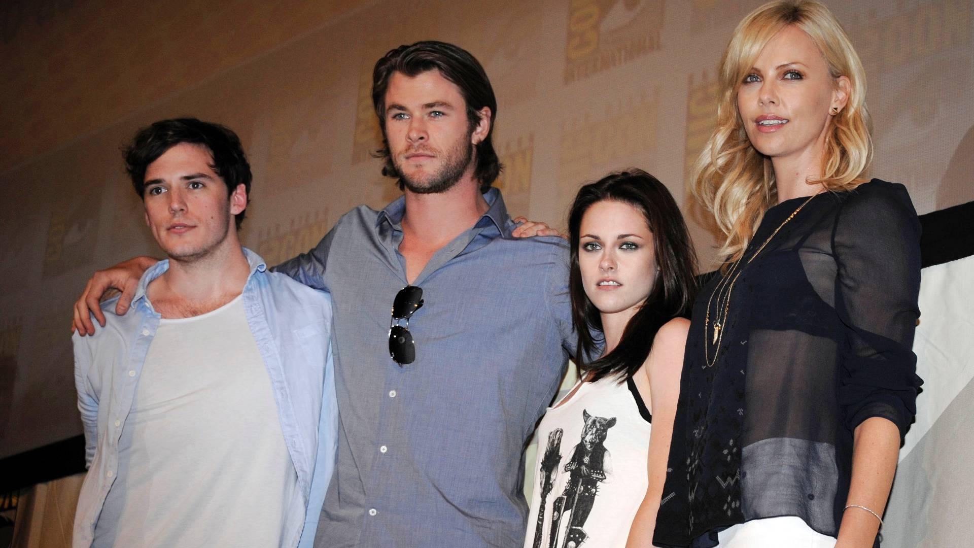 Os atores (a partir da esquerda) Sam Claflin, Chris Hemsworth, Kristen Stewart e Charlize Theron posam para fotos após coletiva sobre filme