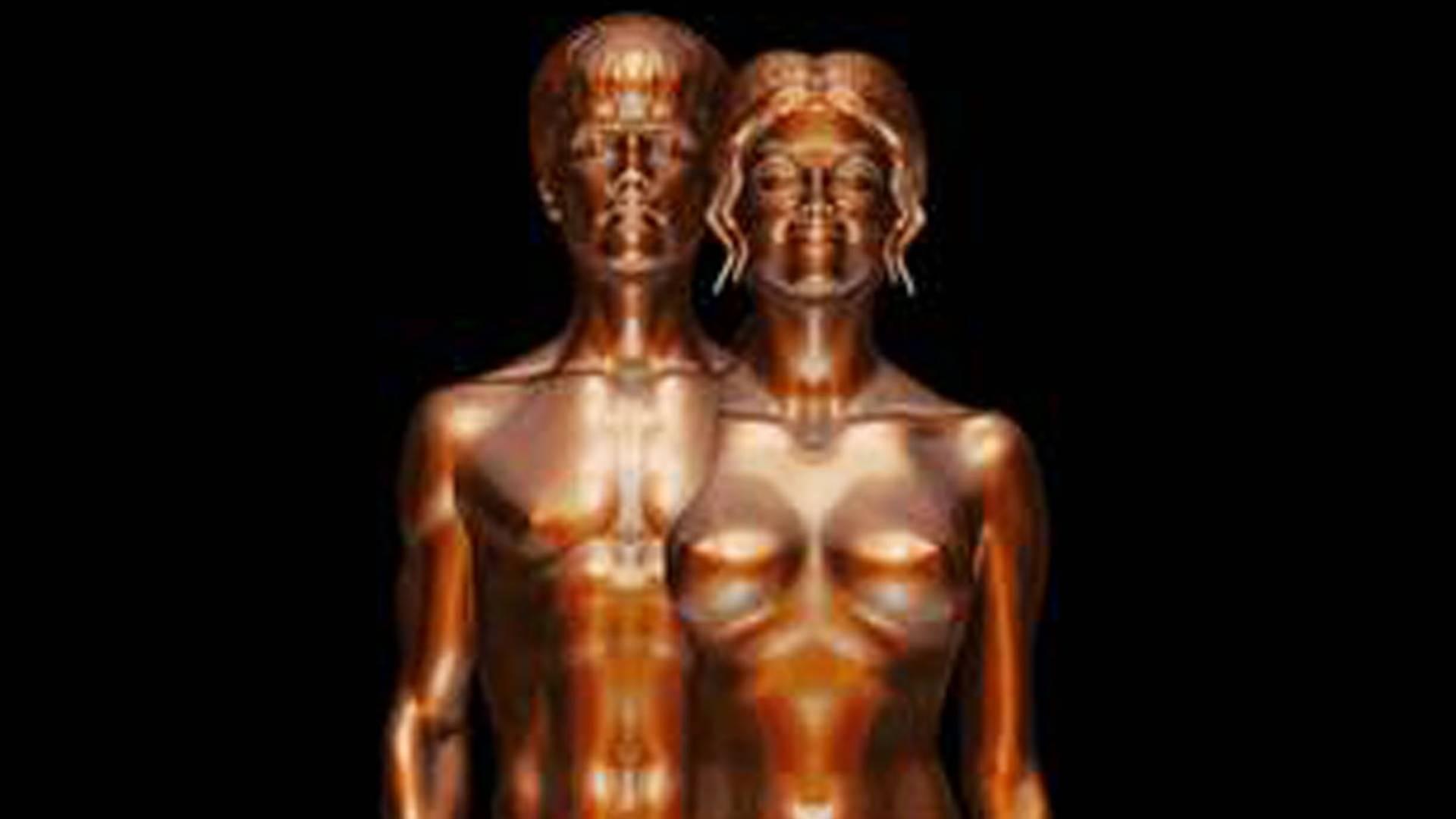 Nus, Justin Bieber e Selena Gomez viram estátuas de bronze (10/8/11)