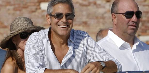 George Clooney (centro) chega para o Festival de Veneza (30/8/2011)