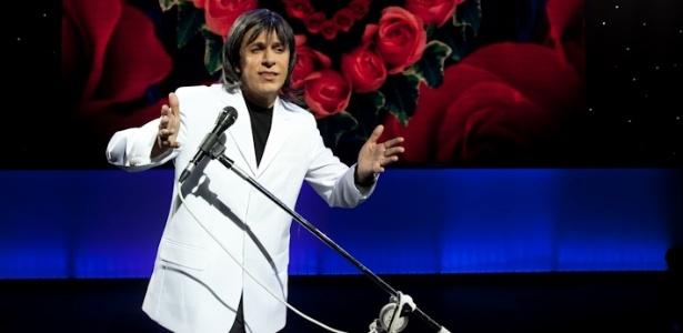 Tom Cavalcante imita Roberto Carlos em