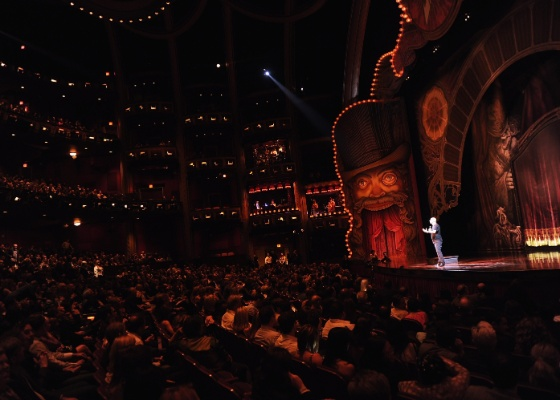 Guy Laliberte, criador do Cirque du Soleil, fala com a plateia no Kodak Theater, em Los Angeles (25/09/2011)