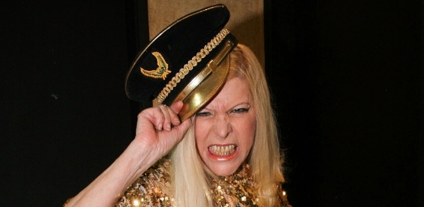 Com figurino dourado, Vanusa se apresenta no Troféu Sexo MPB (30/11/2011)