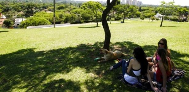 Estudantes aproveitam a sombra na praca Pôr do Sol, em Pinheiros