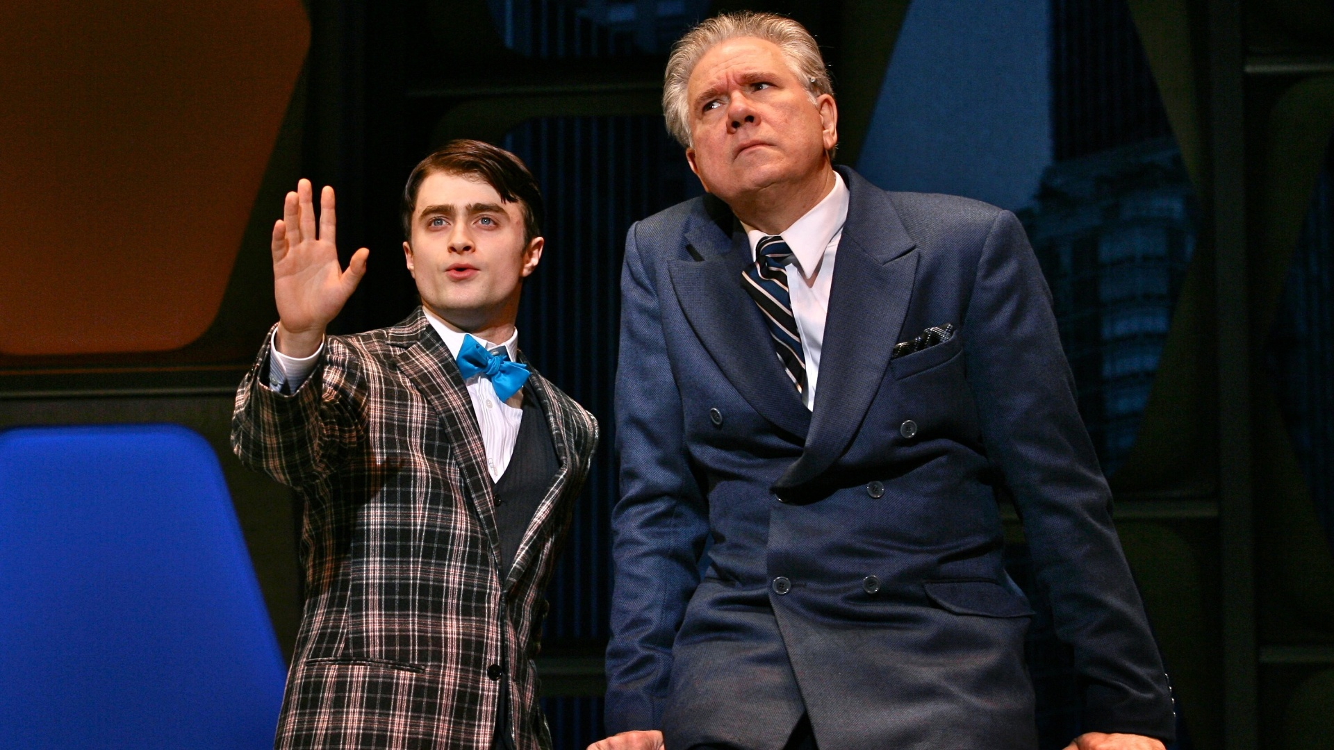 Daniel Radcliffe e John Larroquette em cena da peça