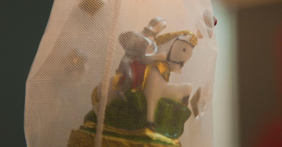 """Detalhe de uma imagem de São Jorge no camarim do espetáculo """"Salve Jorge"""" (3/2/12)"""