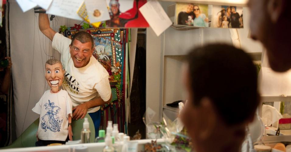 """Jorge Fernando brinca com o bonequinho feito para ele usar no espetáculo """"Salve Jorge"""" (3/2/12)"""