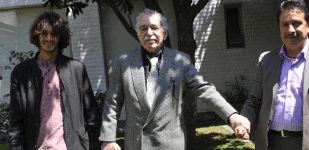 Gabriel García Márquez posa com seu neto Mateo (esq.) e o assistente Genovevo Quirós em sua casa em San Ángel, na Cidade do México (6/3/2012).