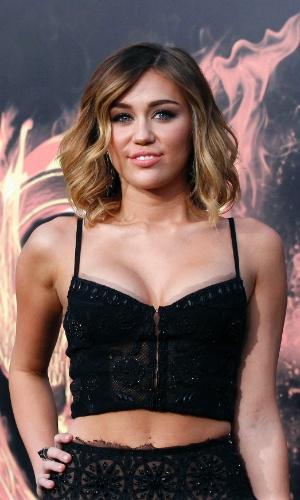 """A cantora Miley Cyrus na pré-estreia de """"Jogos Vorazes"""" em Los Angeles (12/3/12)"""