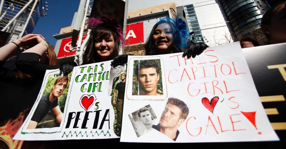 """Fãs de """"Team Peeta"""" e """"Team Gale"""" mostram cartazes na pré-estreia de """"Jogos Vorazes"""" em Los Angeles (12/3/12)"""