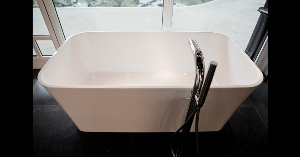 A banheira retangular &#34;Edge Bath&#34; &#233; o novo lan&#231;amento da Victoria + Albert. Confeccionada em pedra vulc&#226;nica e resina, ela tem tecnologia termost&#225;tica que ajuda a preservar a temperatura ambiente