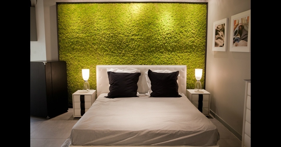 """A cama de casal """"Jack"""" com cabeceira de couro é escoltada pelo painel de musgo vivo. A ideia, da marca Poltrona Frau, é trazer a natureza para o quarto"""