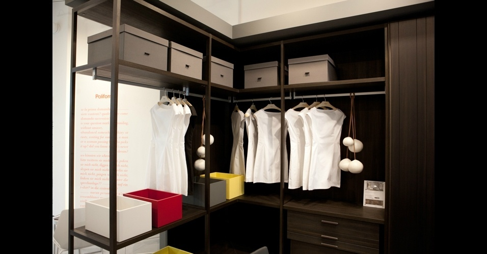 Feito com madeira certificada, o closet modular &#34;Ego&#34;, tamb&#233;m da Poliform, tem acabamento de carvalho queimado