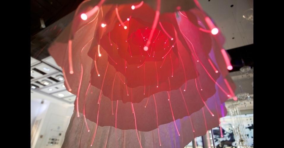Inspirada na ciência, astrologia e astronomia, a luminária da Vos Kristall é feita de fibra ótica e papel japonês