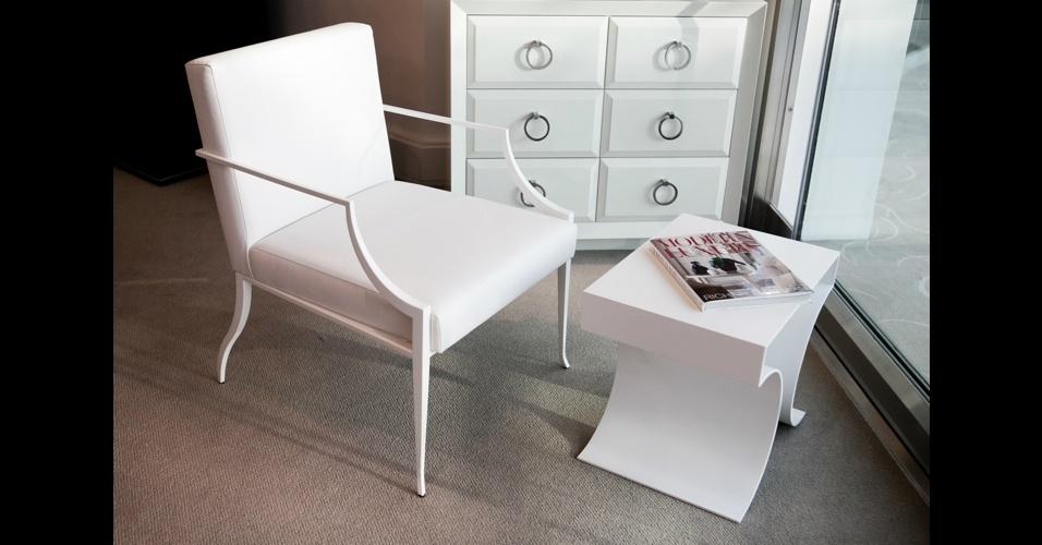 """Móveis modernos com inspiração clássica são a grande aposta da marca Bolier. A poltrona """"Berkeley Arm Chair"""" e a mesinha """"Far East Occasional"""" representam bem o estilo"""