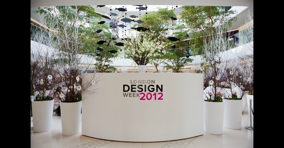 No hall de entrada, enormes arranjos de flores do paisagista Simon Lycett fazem contraste com o mobile gigante de acrílico