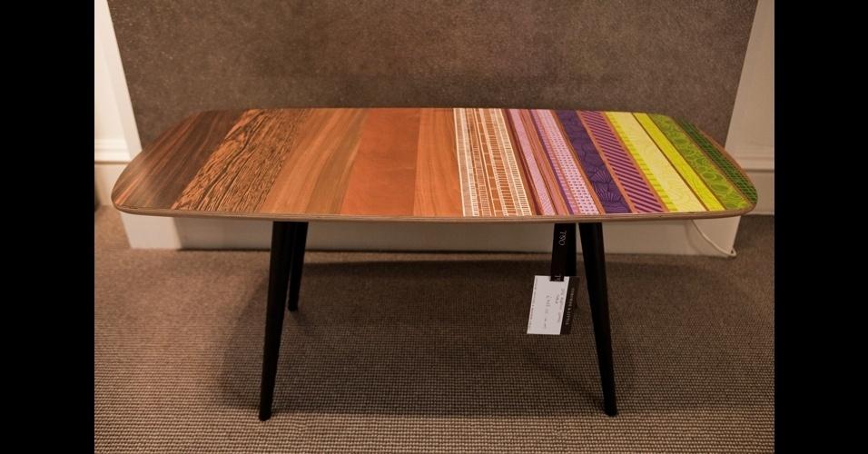 Peças recicladas são o ponto forte da designer Zoe Murphy. Aqui, a mesa estilo retrô ganhou uma avalanche de grafismos provando que é uma opção bacana para colorir o ambiente