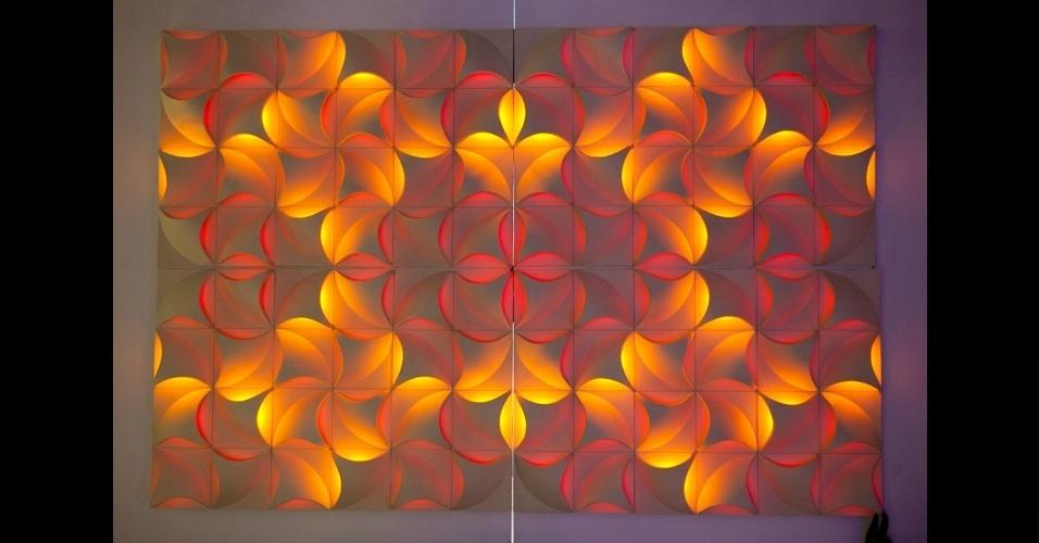 No estilo cameleão, o painel de cerâmica Moon Flower, da Vos Kristall, muda de cor por meio de um comando de controle-remoto, criando novos desenhos de mandalas