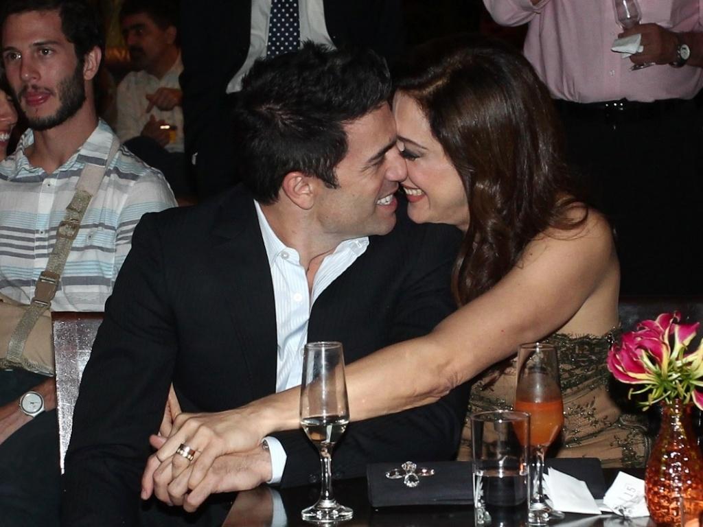 Claudia Raia troca beijos com namorado Jarbas Homem de Mello na entrega do Prêmio Shell de Teatro de São Paulo (20/3/11)