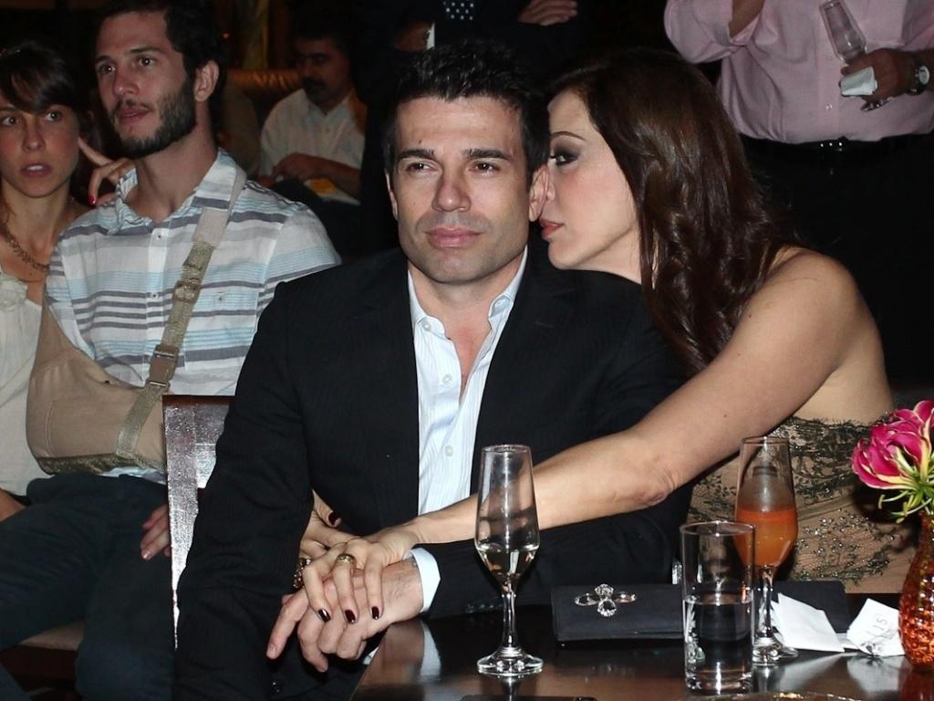 Claudia Raia troca carinhos com namorado Jarbas Homem de Mello na entrega do prêmio Shell de Teatro de São Paulo (20/3/11)