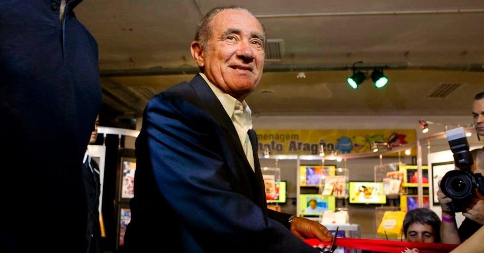 Renato Aragão corta fita na estreia do festival de humor Risadaria 2012, no Pavilhão da Bienal, em São Paulo (21/3/12)