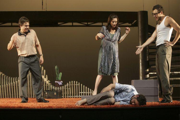 Edgar (Luciano Gatti), Lucinda (Patricia Pichamone), e Fred (Sergio Guizé) tentam conter Sam (Guilhe