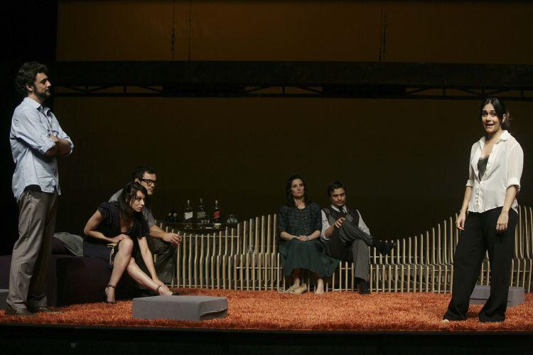 """Os três casais de amigos em jogo de adivinhações que dá início ao espetáculo """"A Senhora de Dubuque"""","""